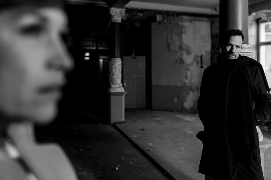 Sinnliche Paarfotos in Theater, film noir