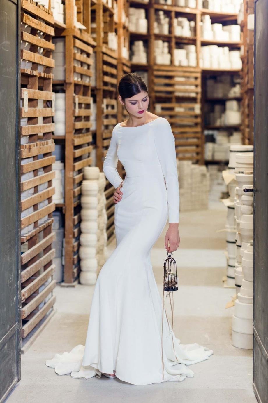 Modernes Brautkleid fotografiert in der staatlichen Porzellanmanufaktur Meissen