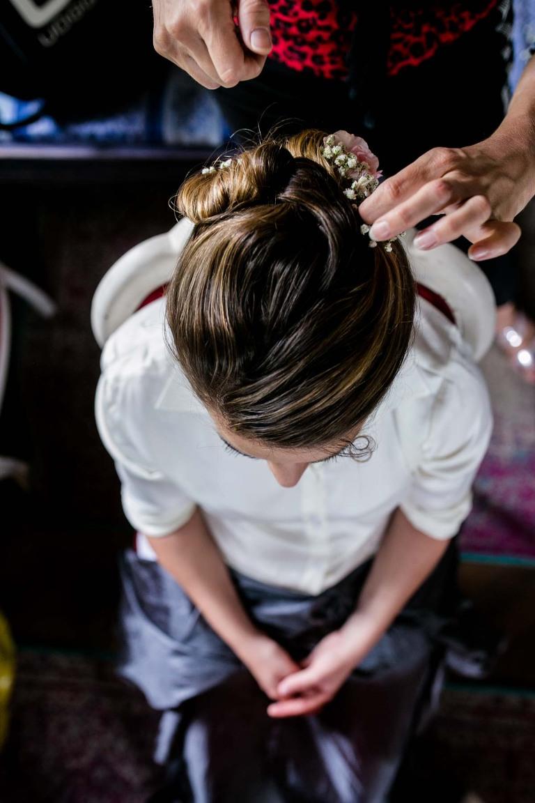 Braut beim Haaremachen fotografiert vom Hochzeitsfotograf in Dresden