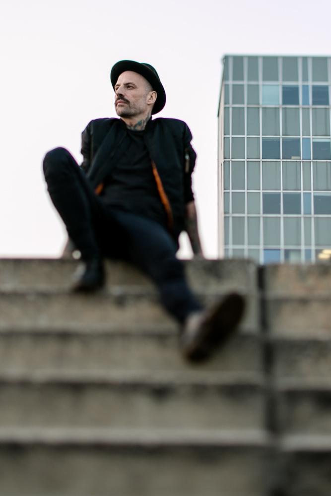 Mann sitzt auf einer Treppe in Berlin