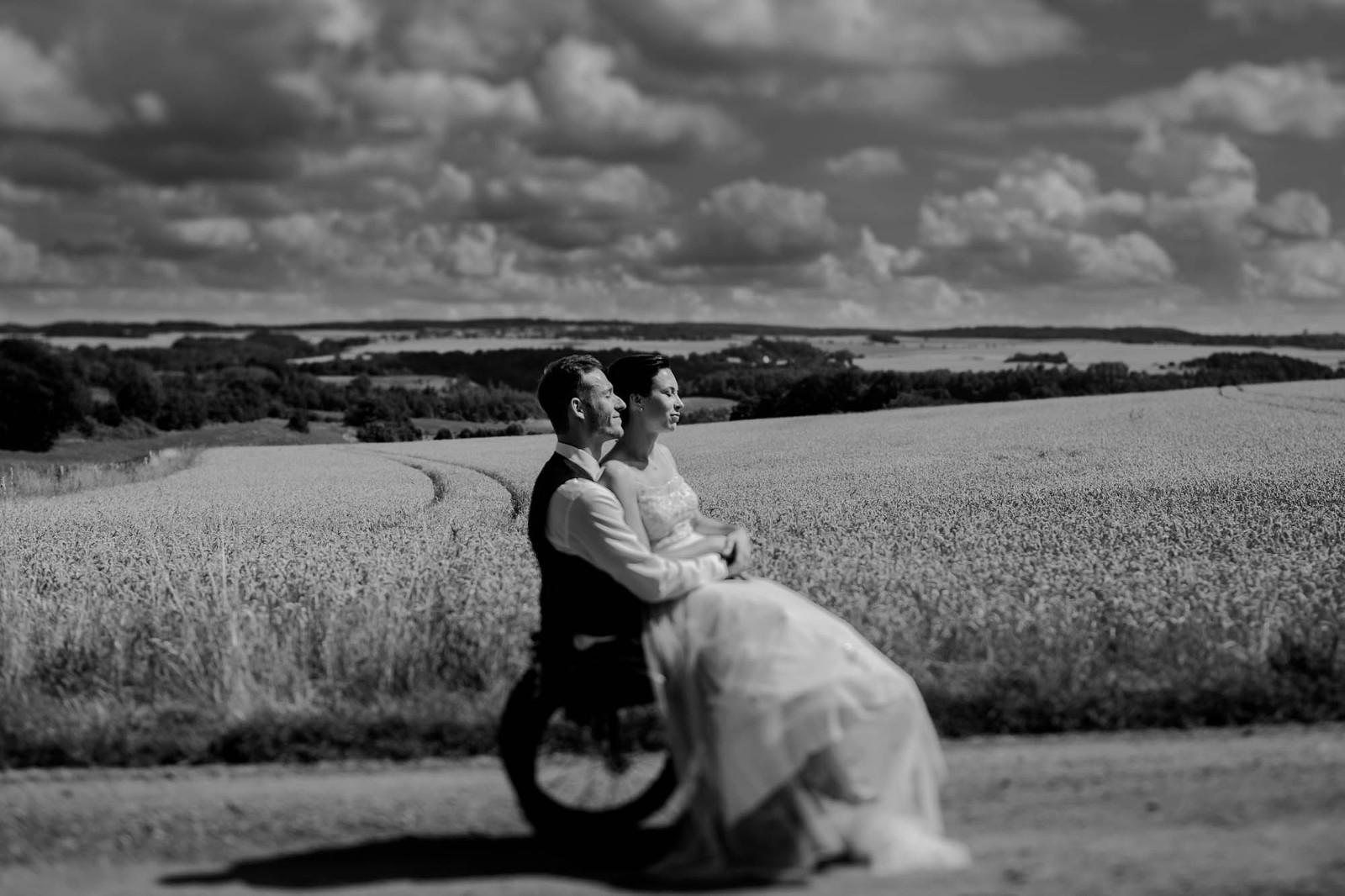Brautpaar auf dem weiten Feld