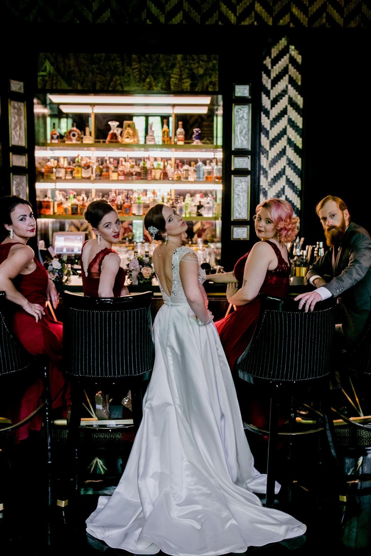 Braut mit ihren Brautjungfern an der Hotelbar