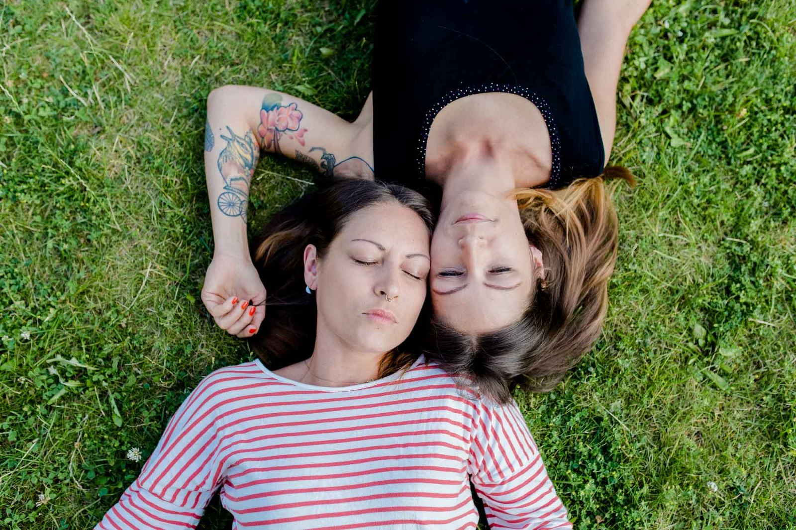 Zwei Schwestern liegen im Gras, Zwillinge