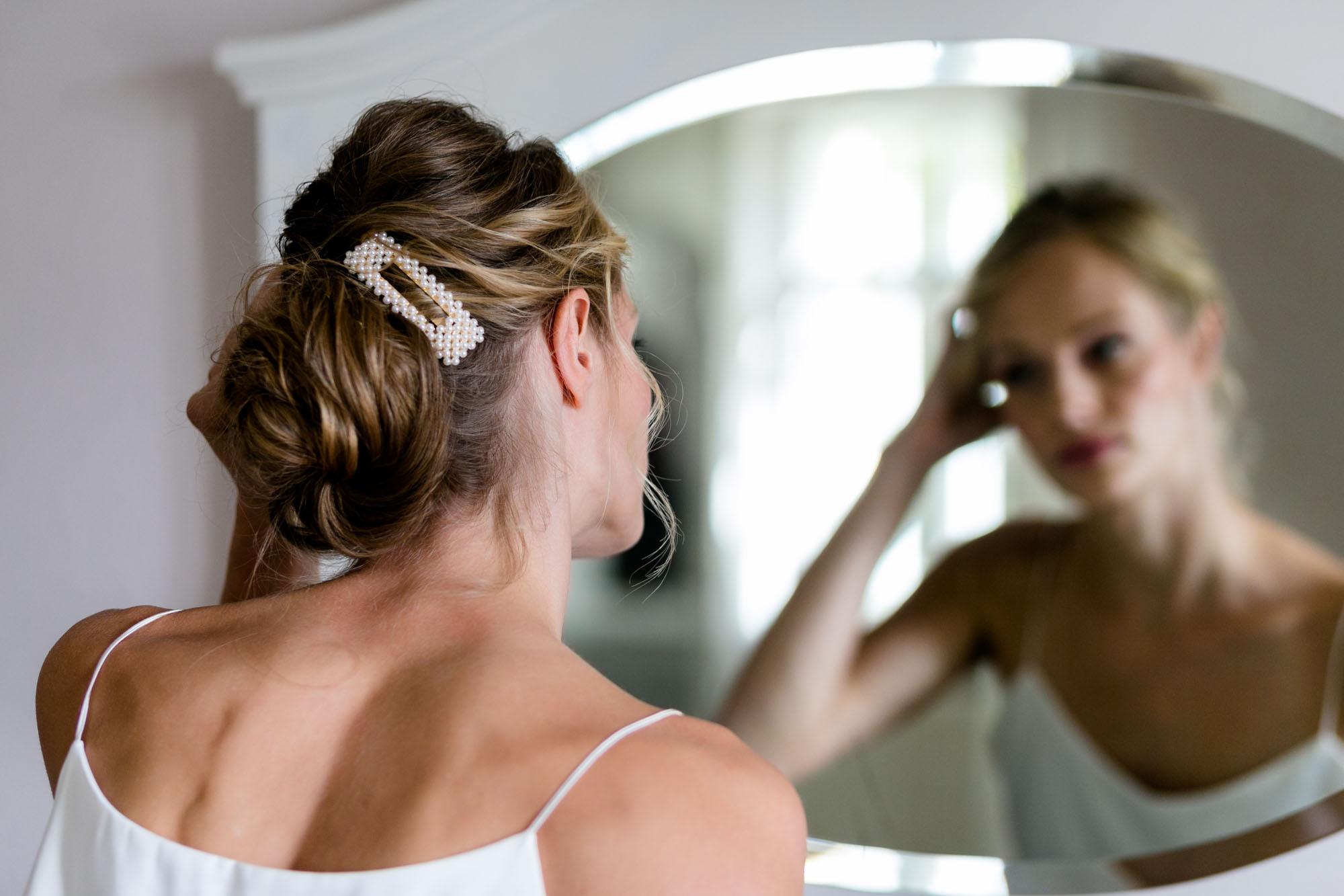 Braut bei der Vorbereitung bei Scheunenhochzeit auf Göhrischgut fotografiert von Hochzeitsfotograf Dresden