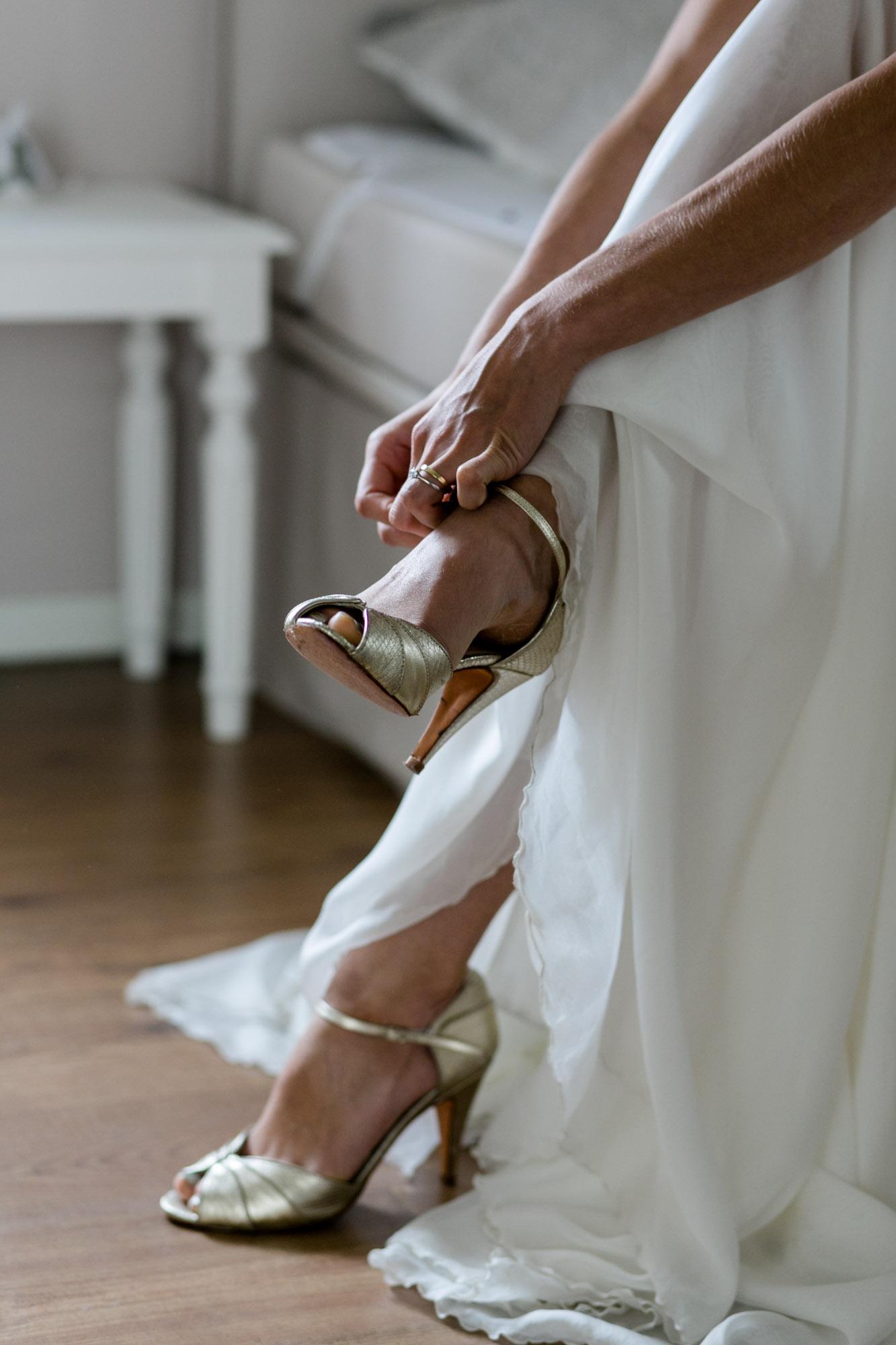 Braut beim Ankleiden bei Scheunenhochzeit auf Göhrischgut fotografiert von Hochzeitsfotograf Dresden