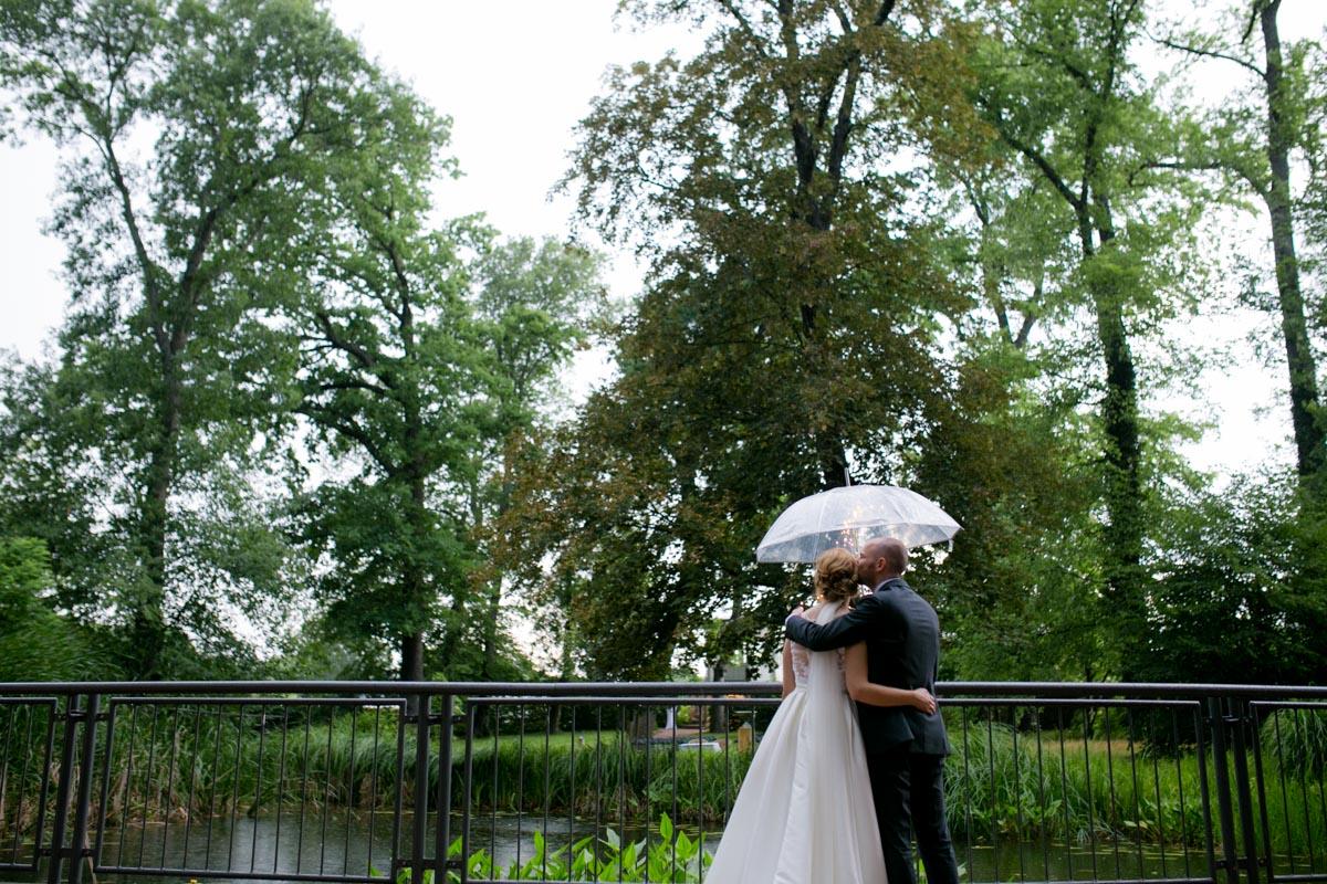 Brautpaar im Regen bei einer Hochzeit in der Villa Teresa