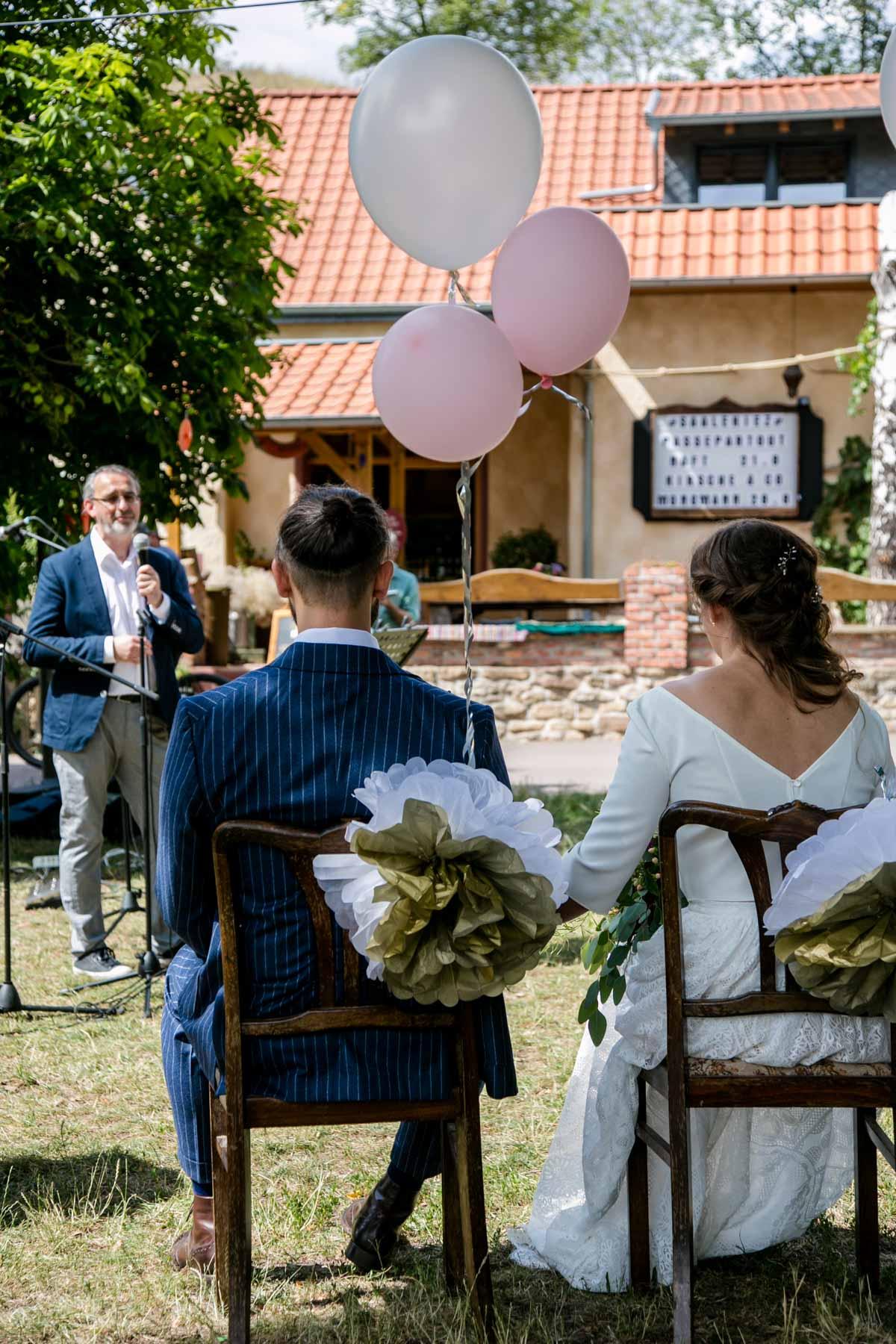 Brautpaar bei Hochzeit im Saalekiez bei Halle