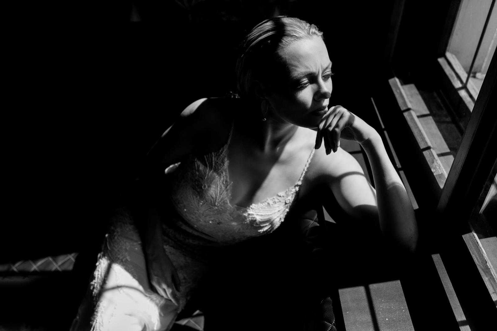 Braut am Fenster in der Sonne