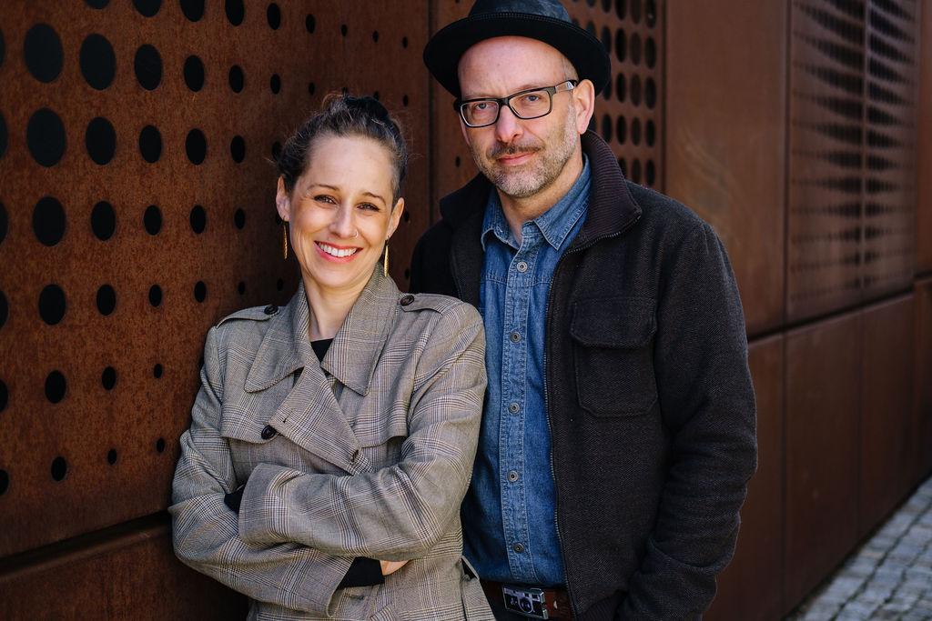 Fotografenpaar aus Dresden lächelt in die Kamera