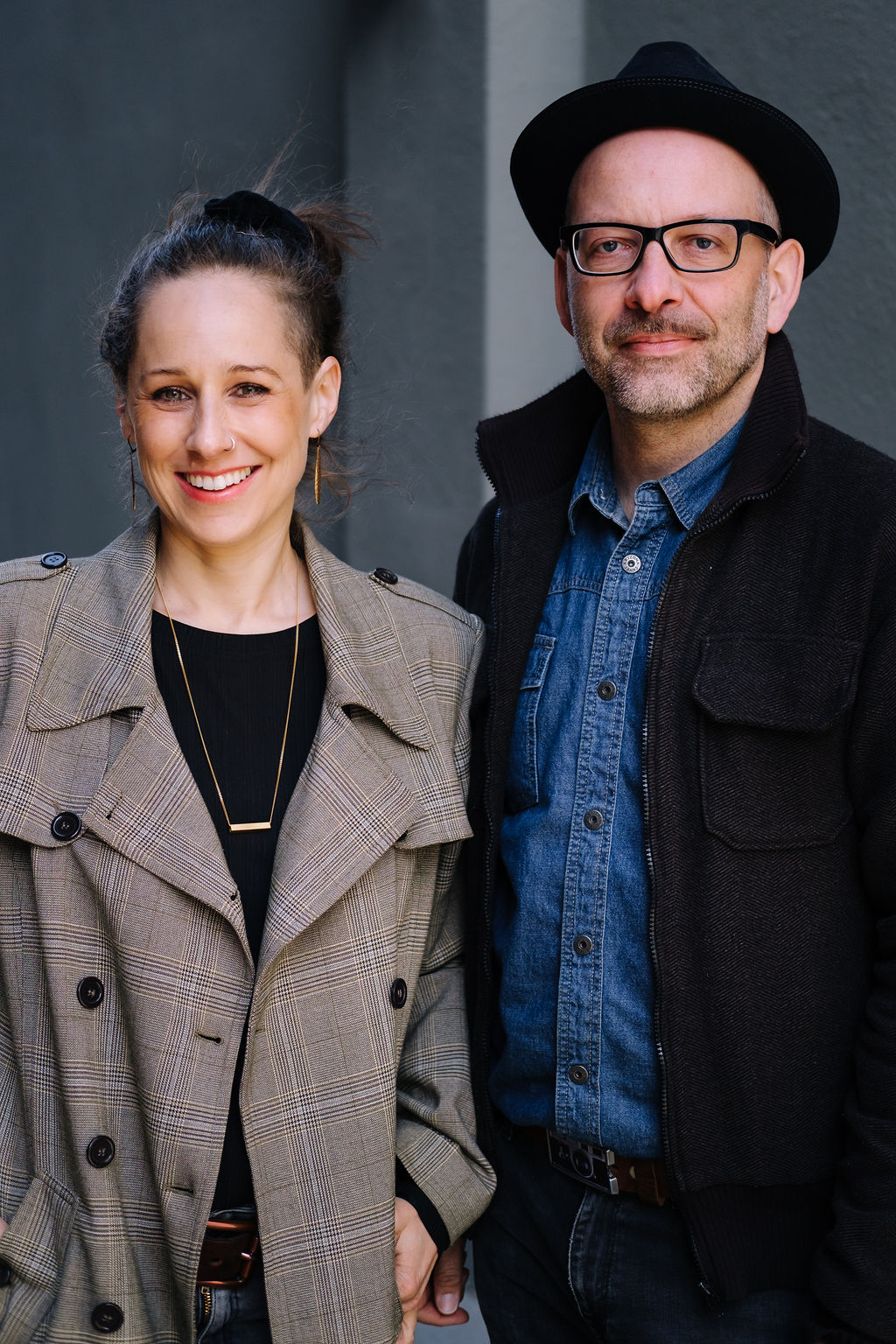 Fotografenpaar lächelt in die Kamera